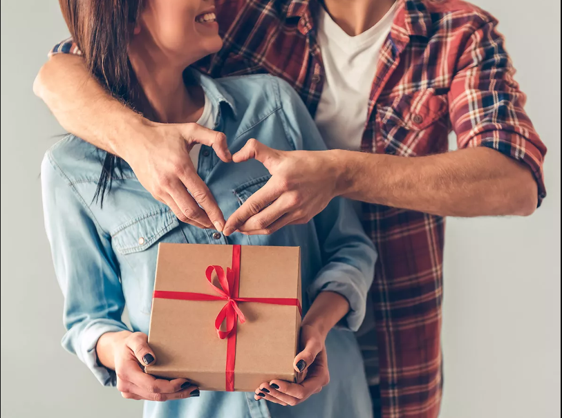 Top 10 Memorable Anniversary Gifts for Parents